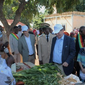 US ambassador to Mali visits communities in Sikasso region supported by an ILRI-led livestock technology scaling project